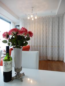 カーテン手前に薔薇とツインエンジェルワイン