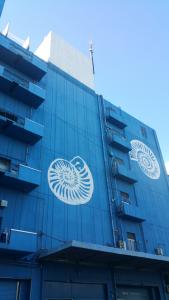 隣の青いビル