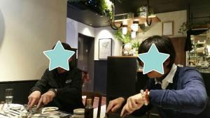 ステーキを切るクリスタル男子2人