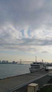 竹芝ニューピアからレインボーブリッジと船