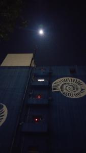 満月前夜の月とアンモナイトのビル