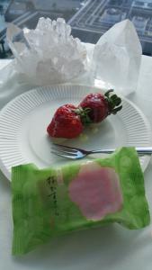 練乳いちごと桜の和菓子