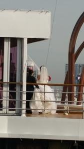神聖なスペースへ移動する花嫁さん