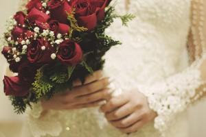 ウェディングドレスと赤い薔薇のブーケ