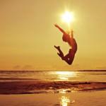 海辺でジャンプ六芒星の太陽